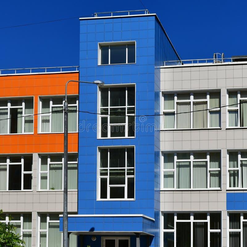 Frammento di architettura moderna della scuola in Russia fotografia stock libera da diritti