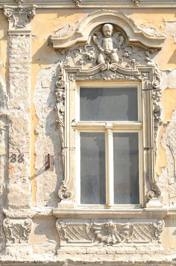 Frammento di costruzione antica con la modellatura fotografia stock libera da diritti