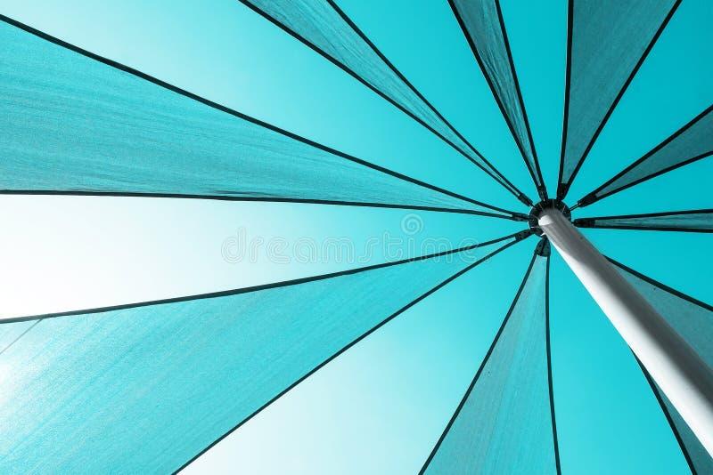 Frammento di grande primo piano dell'ombrello Priorità bassa astratta di estate fotografia stock