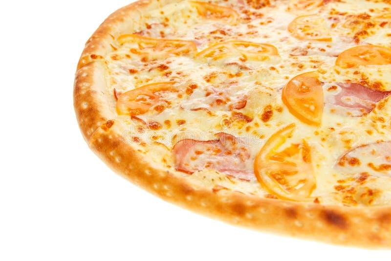 Frammento di pizza italiana classica deliziosa con il prosciutto, i pomodori ed il formaggio fotografie stock