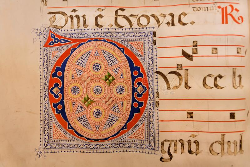 Frammento di testo in vecchio tascabile in biblioteca del museo di San Marco, precedente monastero del XV secolo dei dominicani immagini stock libere da diritti