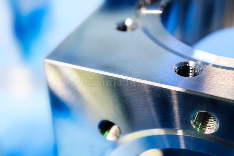 Frammento di un cubo del metallo con i fori ed il filo metrico fotografia stock