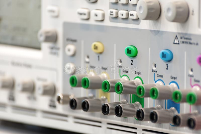 Frammento di un oscilloscopio digitale moderno Pannello del regolatore e del connettore immagini stock libere da diritti