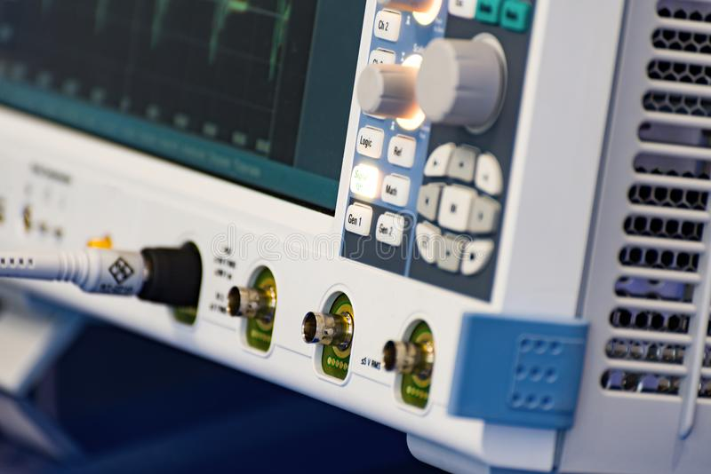 Frammento di un oscilloscopio digitale moderno Strumento di misura scientifico immagine stock libera da diritti