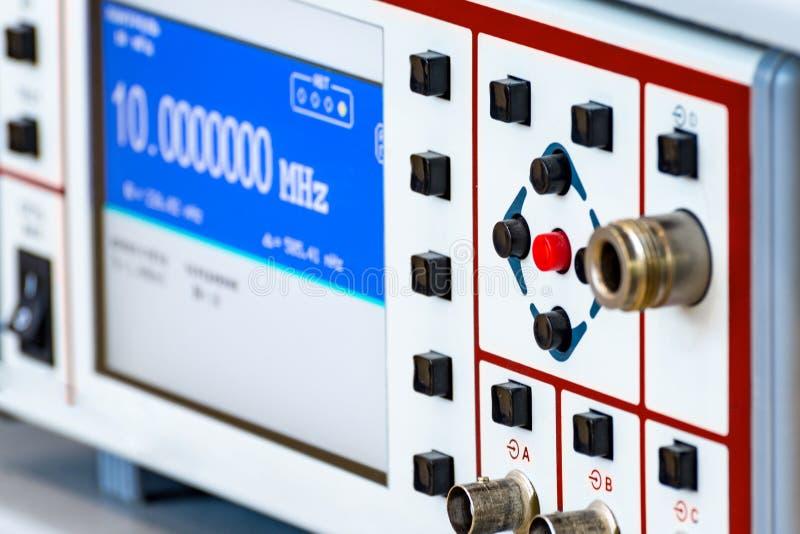 Frammento di un oscilloscopio digitale moderno Strumento di misura scientifico immagini stock