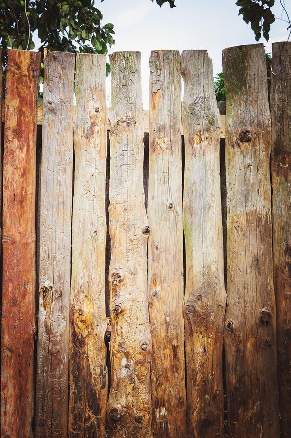 Frammento di un primo piano moderno marrone di legno del recinto Struttura di legno Recinto di legno Ideas di progettazione moder fotografie stock