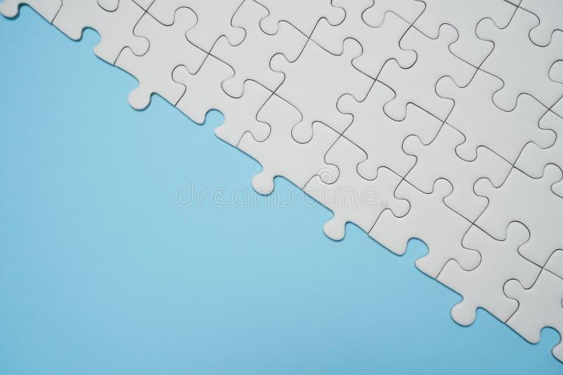 Frammento di un puzzle bianco piegato e un mucchio di spettinato fotografie stock libere da diritti