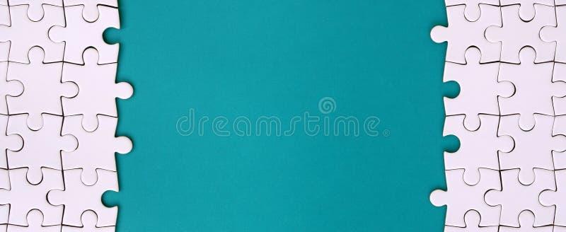 Frammento di un puzzle bianco piegato sui precedenti di una superficie blu della plastica Foto di struttura con lo spazio della c fotografie stock