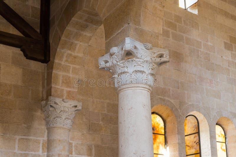 Frammento di una colonna decorata decorata nel corridoio centrale in Tabgha - la moltiplicazione della chiesa cattolica di pane e fotografie stock
