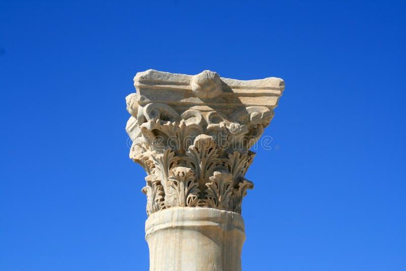 Frammento di una colonna di marmo antica fotografie stock libere da diritti