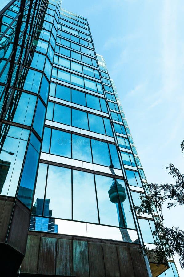 Frammento di una costruzione dell'alta carica con le nuvole e il reflectio fotografie stock libere da diritti