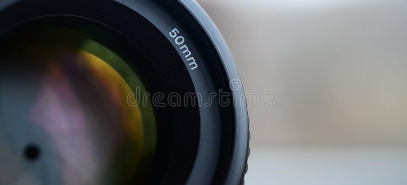 Frammento di una lente verticale per una macchina fotografica moderna di SLR Una fotografia di una lente dell'ampio-apertura con  fotografia stock libera da diritti