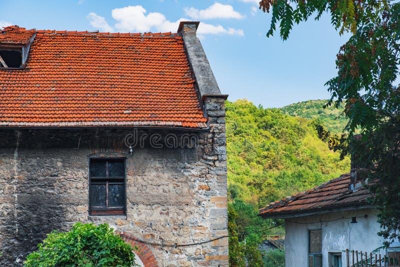 Frammento di vecchia facciata di costruzione nell'astuzia, Bulgaria immagine stock