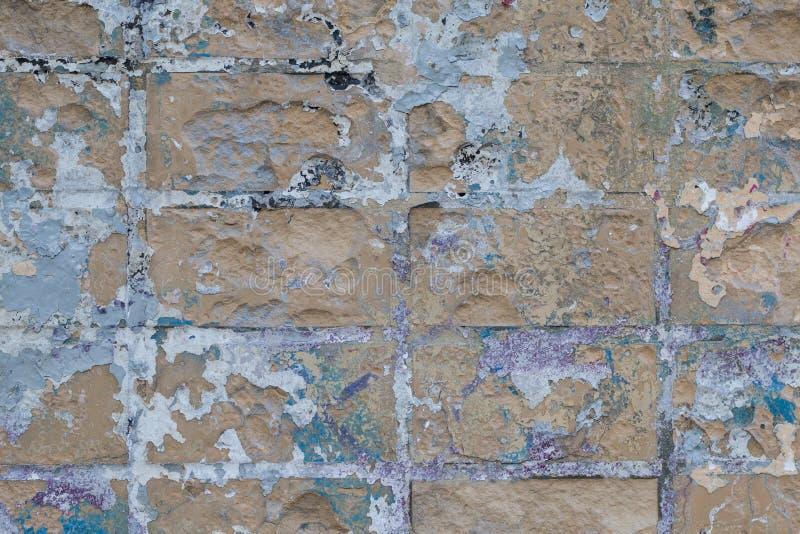 Frammento di vecchio muro di mattoni d'annata con i graffi immagini stock