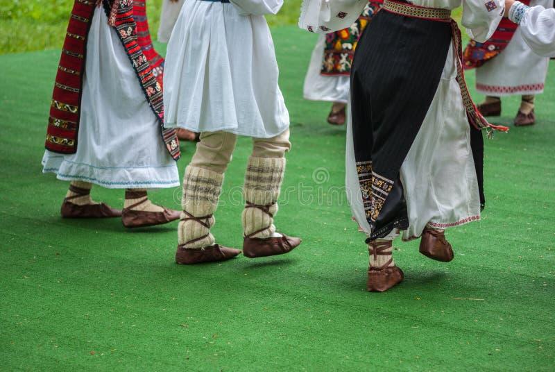 Frammento luminoso della danza popolare veloce di Romamian immagini stock libere da diritti