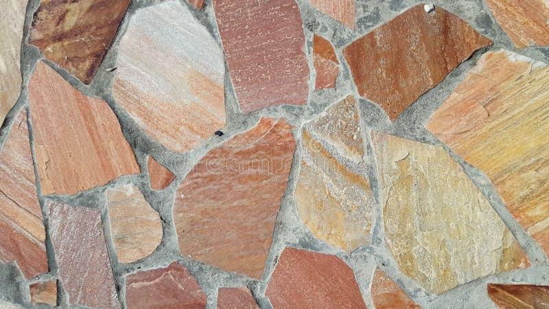 Frammento rosso di una parete da una pietra scheggiata immagini stock libere da diritti