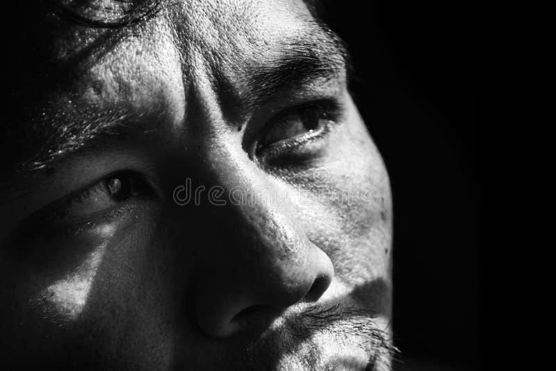 framsida av den deprimerade och hopplösa mannen på svart royaltyfria bilder