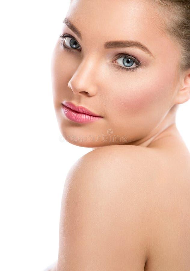 Framsida av den härliga flickan med ren hud arkivbild