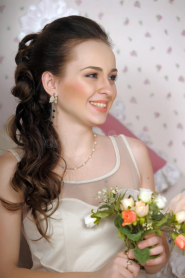 Framsida av den härliga kvinnan med modefrisyren royaltyfri bild