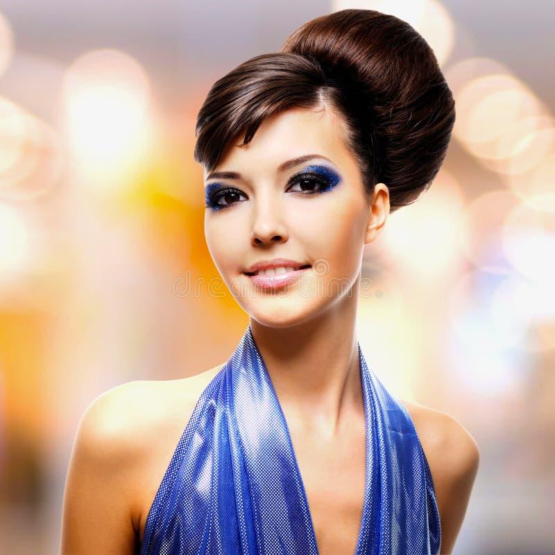 Framsida av den härliga kvinnan med modefrisyren och glamourmakeu royaltyfria foton