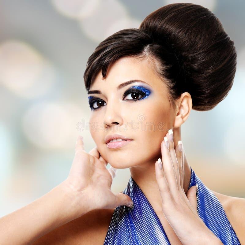 Framsida av den härliga kvinnan med modefrisyren och glamourmakeu royaltyfri foto