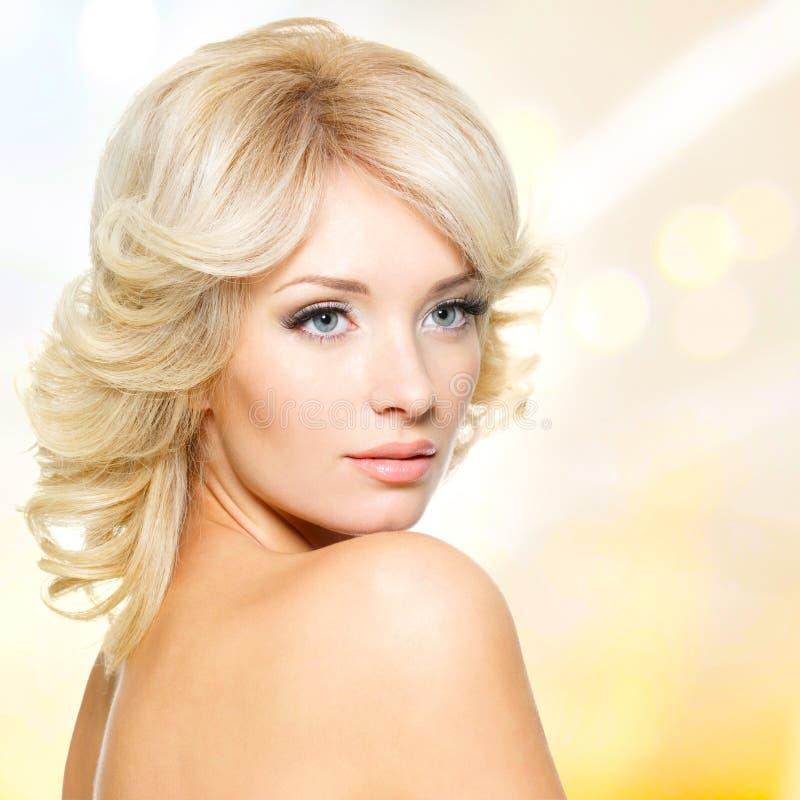 Framsida av den härliga kvinnan med vitt hår royaltyfria foton