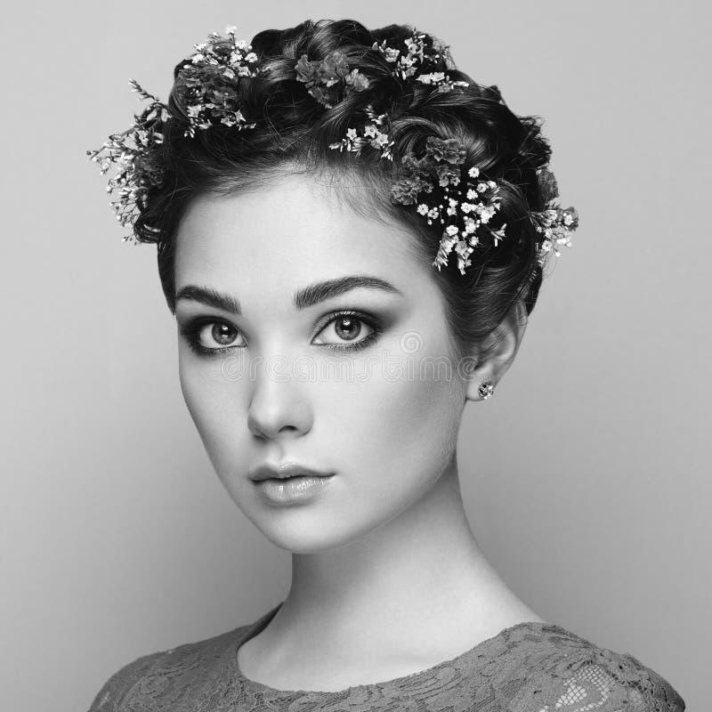 Framsida av den härliga kvinnan som dekoreras med blommor fotografering för bildbyråer