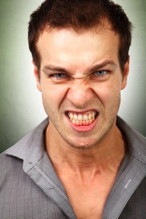 Framsida av den ilskna rasande mannen royaltyfri fotografi