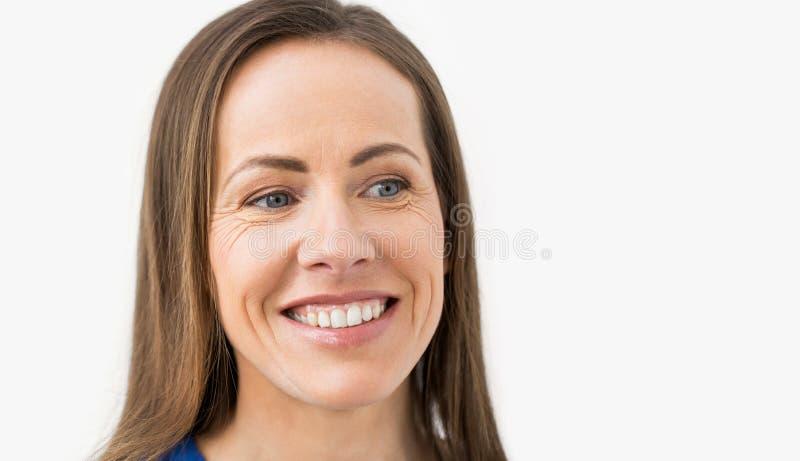 Framsida av den lyckliga le åldriga kvinnan för mitt arkivbild