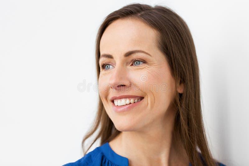 Framsida av den lyckliga le åldriga kvinnan för mitt royaltyfri foto