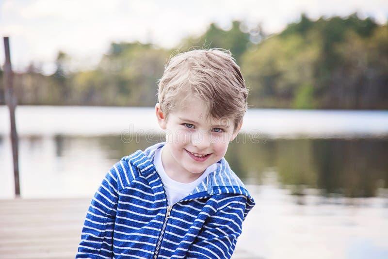 Framsida av den lyckliga pojken som utanför spelar royaltyfri foto