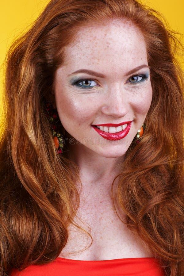 Framsida av den redheaded flickan med modemakeup arkivfoton