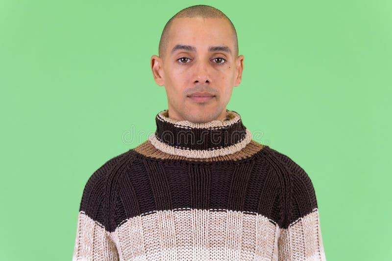 Framsida av den stiliga skalliga mång- etniska mannen som är klar för vinter royaltyfri foto