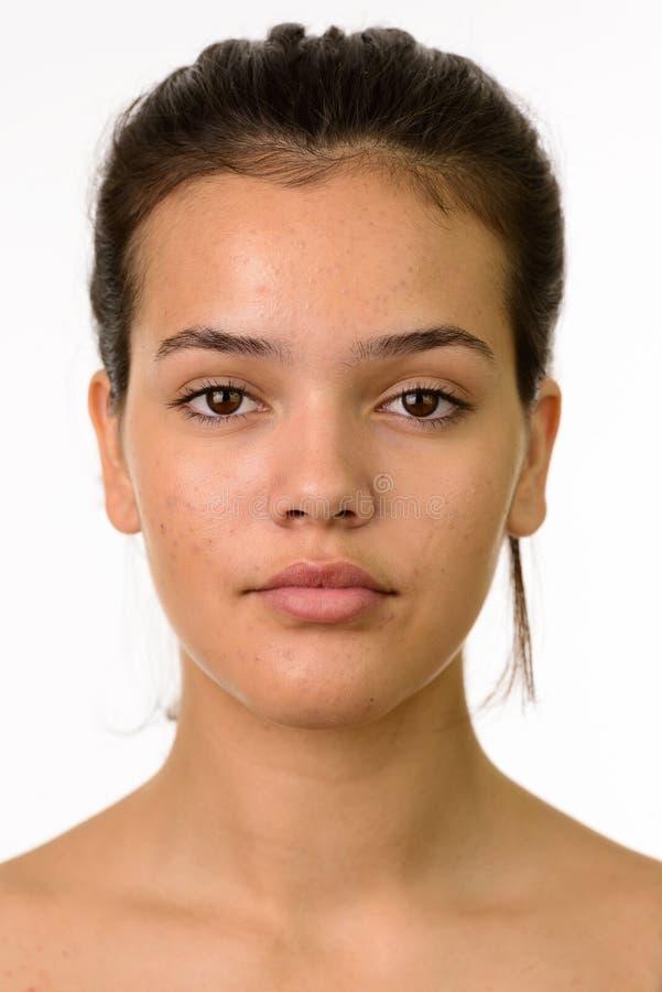 Framsida av den unga härliga Caucasian tonårs- flickan royaltyfria foton