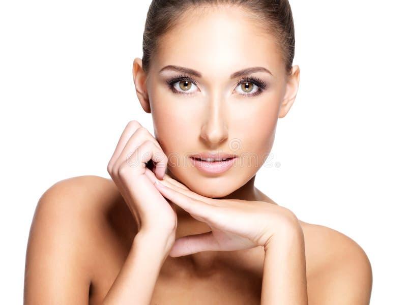 Framsida av den unga härliga kvinnan med ren ny hud arkivbild