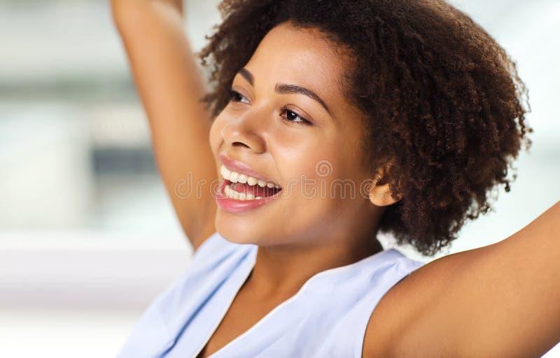 Framsida av den unga kvinnan för lycklig afrikansk amerikan arkivfoto