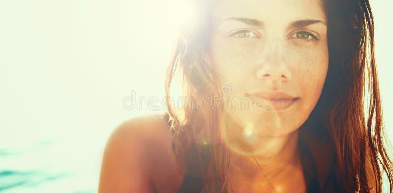 Framsida av den unga kvinnan i sommarsol royaltyfri foto