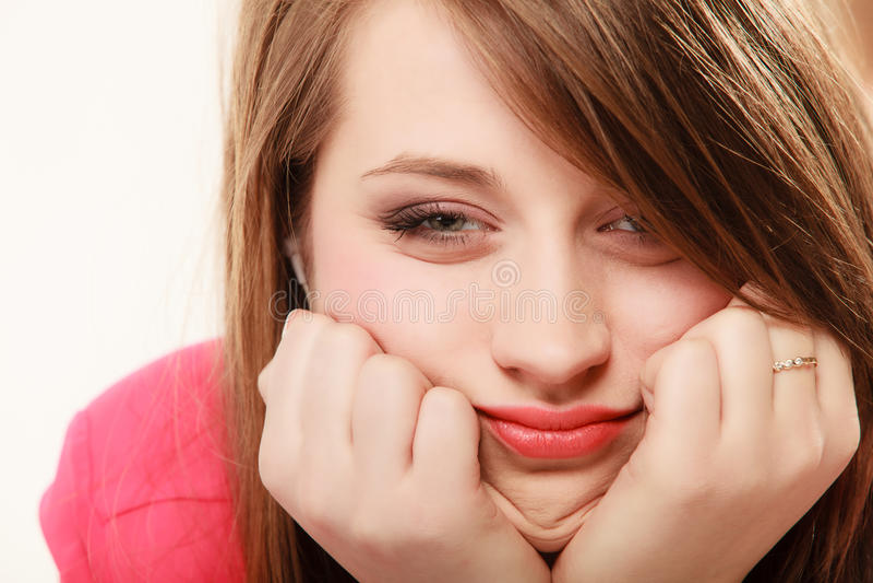 Framsida av den uttråkade flickahögskolestudenten för trött kvinna royaltyfria foton