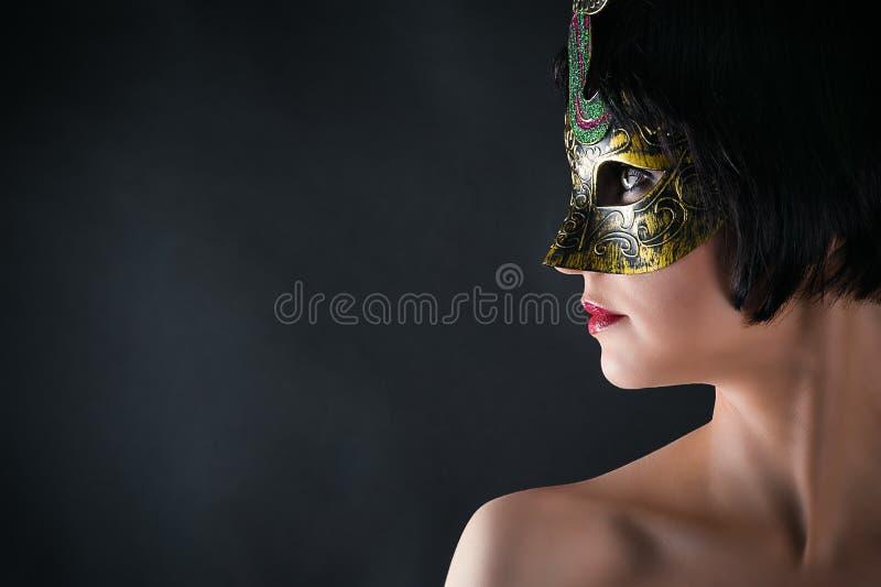 Framsida av en härlig kvinna i karnevalmaskering arkivbild