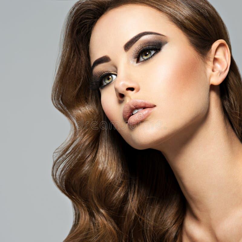 Framsida av en härlig kvinna med långt brunt hår royaltyfria bilder