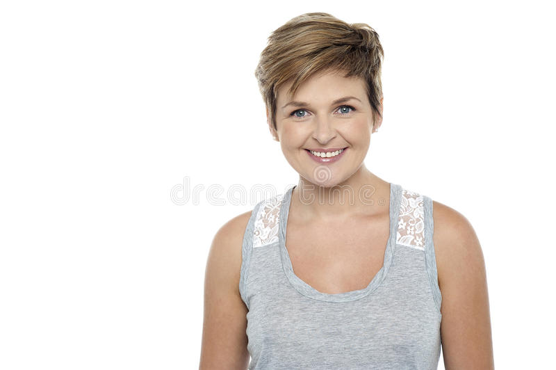 Framsida av en härlig le kvinna med bruna hår arkivbild