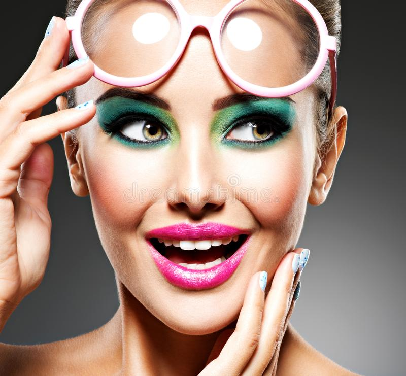 Framsida av en härlig uttrycksfull flicka med modesmink royaltyfri fotografi