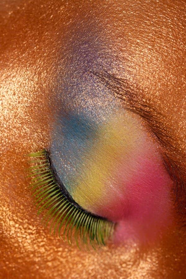 Framsida av en ung attraktiv flicka med makeup arkivfoton