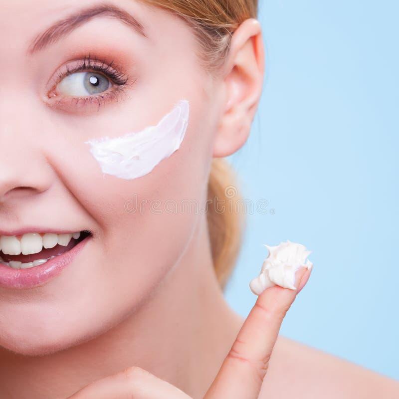 Framsida av flickan för ung kvinna som tar omsorg av torr hud. royaltyfria foton