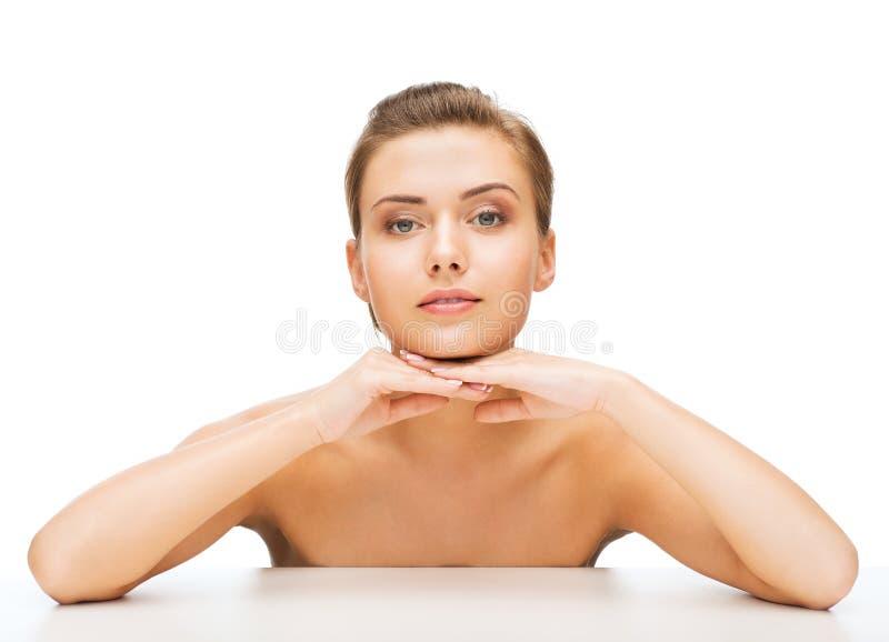 Framsida av kvinnan med perfekt hud för rengöring royaltyfria bilder