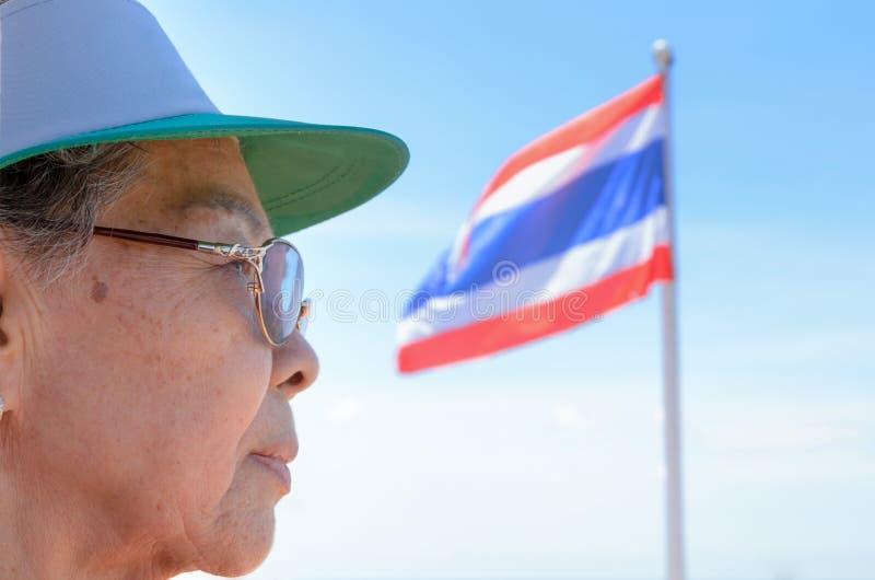 Framsida av thailändskt folk för gamla kvinnor royaltyfria bilder