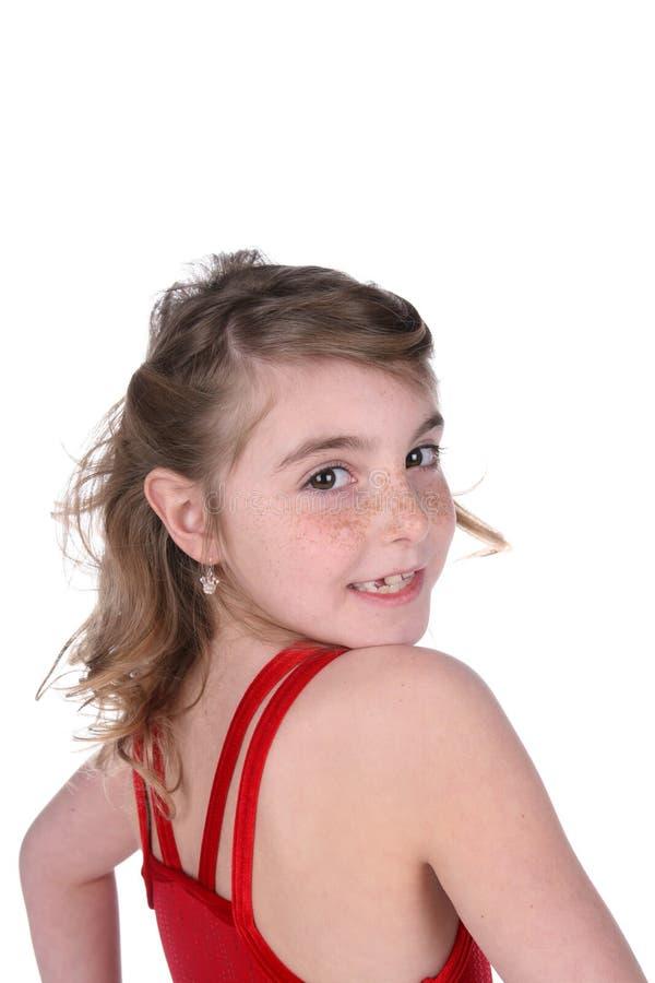 framsida fått fräknar ungt flickahuvud som vänds arkivbild