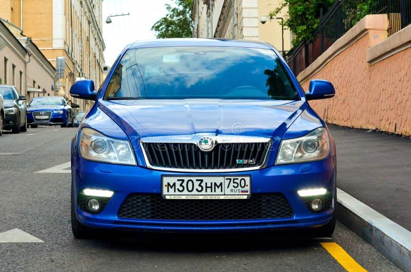 framsida för blå bil för skodaoctaviars buble fotografering för bildbyråer