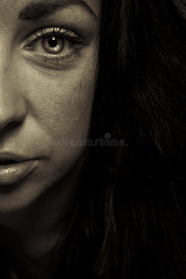 Framsida för flicka för sinnesrörelseuttryck mörk royaltyfria foton