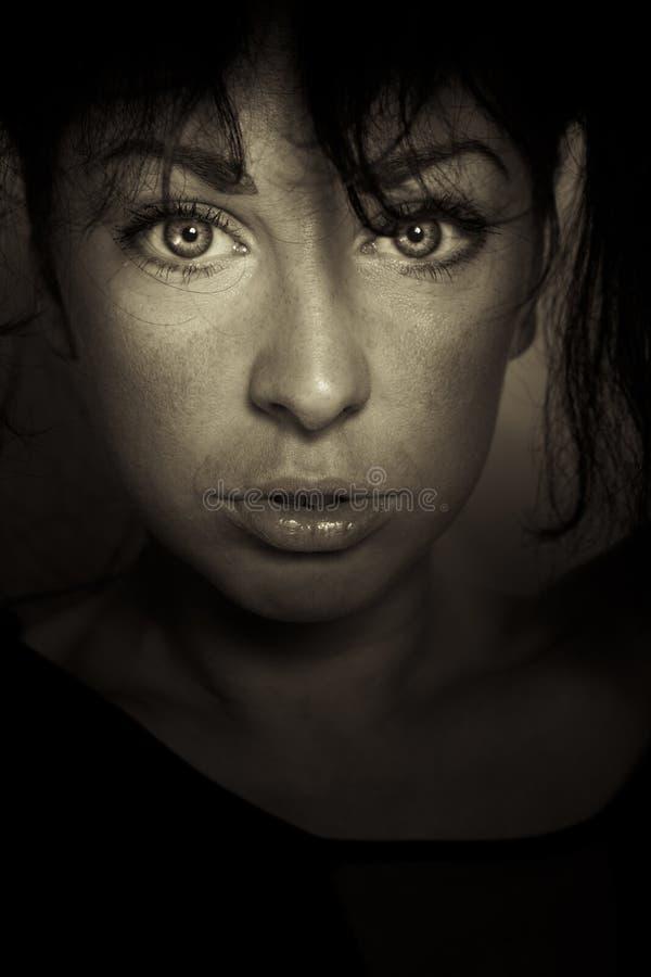 Framsida för flicka för sinnesrörelseuttryck mörk fotografering för bildbyråer